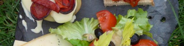 Une ardoise en guise d'assiette remplie de fromage, charcuterie et spécialités gastronomiques du Béarn