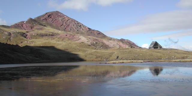 Vue sur le refuge du lac d'Arlet depuis le lac