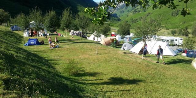 Vue sur le camping du plateau de Lhers, en Vallée d'Aspe