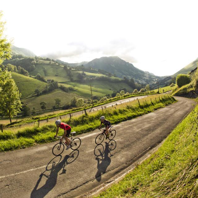 Deux cyclistes montent le col d'Ichère à Sarrance