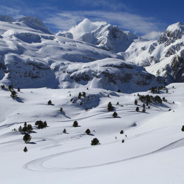 Paysage de montagnes enneigées à l'Espace Nordique Station Du Somport