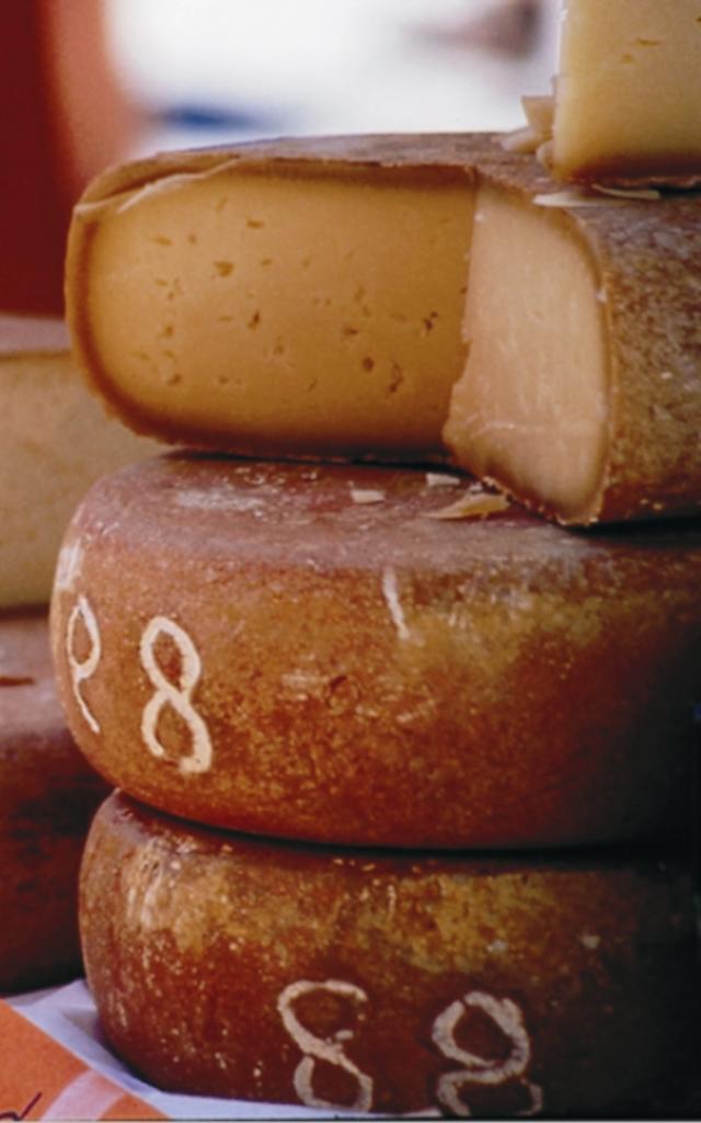 Des tommes du fromage pleines et coupés