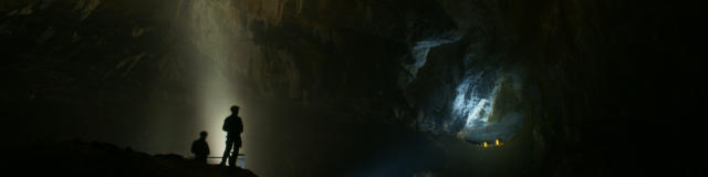 Salle souterraine des Grottes de La Verna avec deux personnes