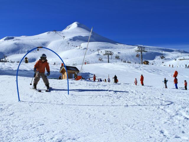 Jeune garçon s'initiant au ski à la station de La Pierre Saint-Martin