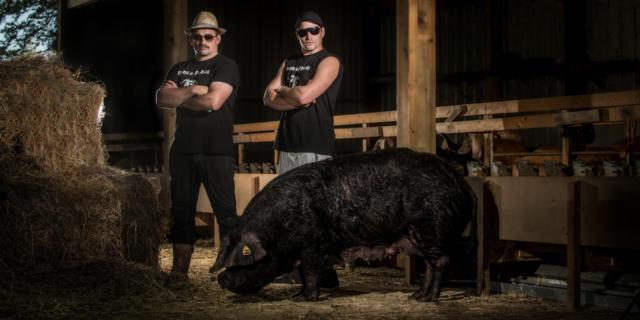 Producteurs de La Ferme du Payssas à Asasp-Arros avec un cochon noir