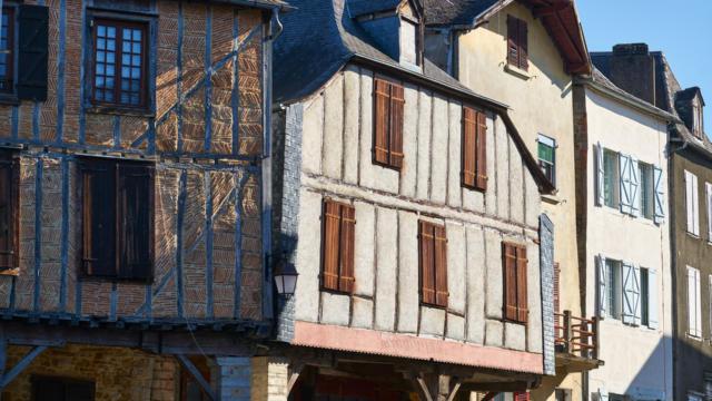 Façade à colombage sous le soleil, dans le quartier médiéval de Sainte-Croix à Oloron Sainte-Marie