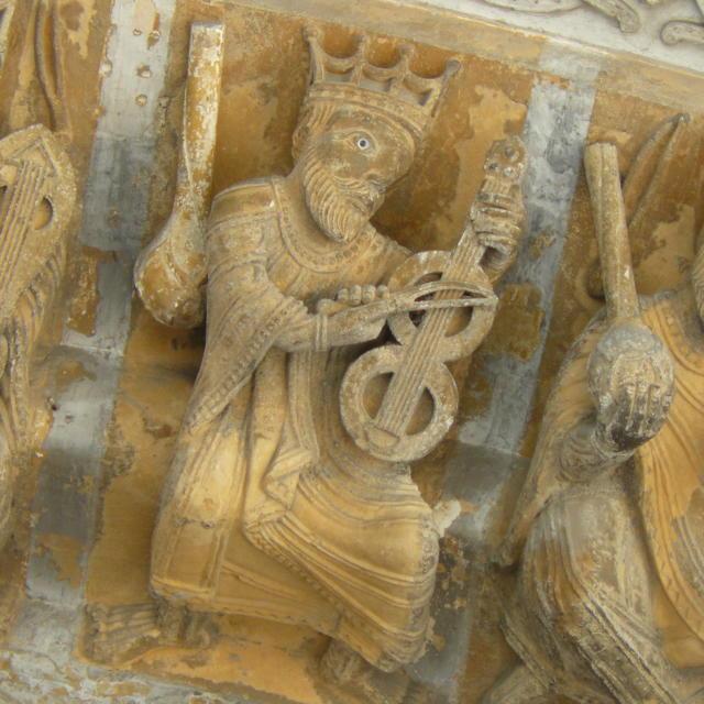 Détail d'un musicien du portail roman sculpté de la cathédrale Sainte-Marie à Oloron Sainte-Marie.