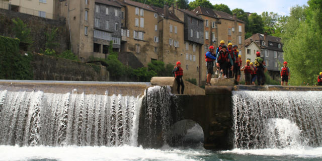 Un groupe de personnes saute dans l'eau du Gave D'aspe