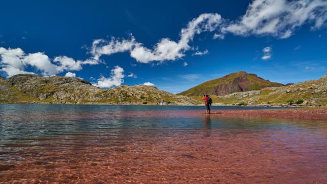 Vue depuis le lac d'Estaens à Urdos, un homme prend une photo