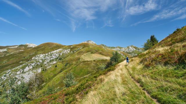 Un randonneur suit le sentier dans le cirque d'Aydius en vallée d'Aspe