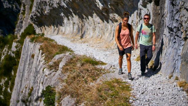 Randonneurs sur le chemin de la Mâture à Urdos