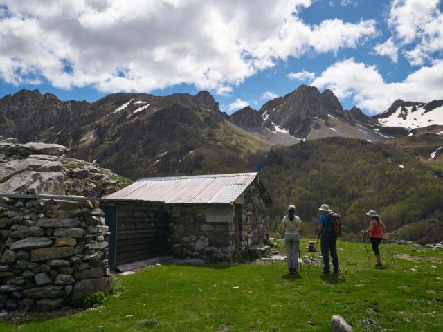Randonneurs et cabane de berger d'Ansabere