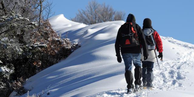 Couple de promeneurs en raquettes à neige à Issarbe