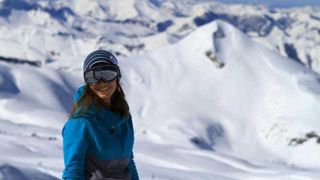 Skieuse sourit à La Pierre-Saint-Martin
