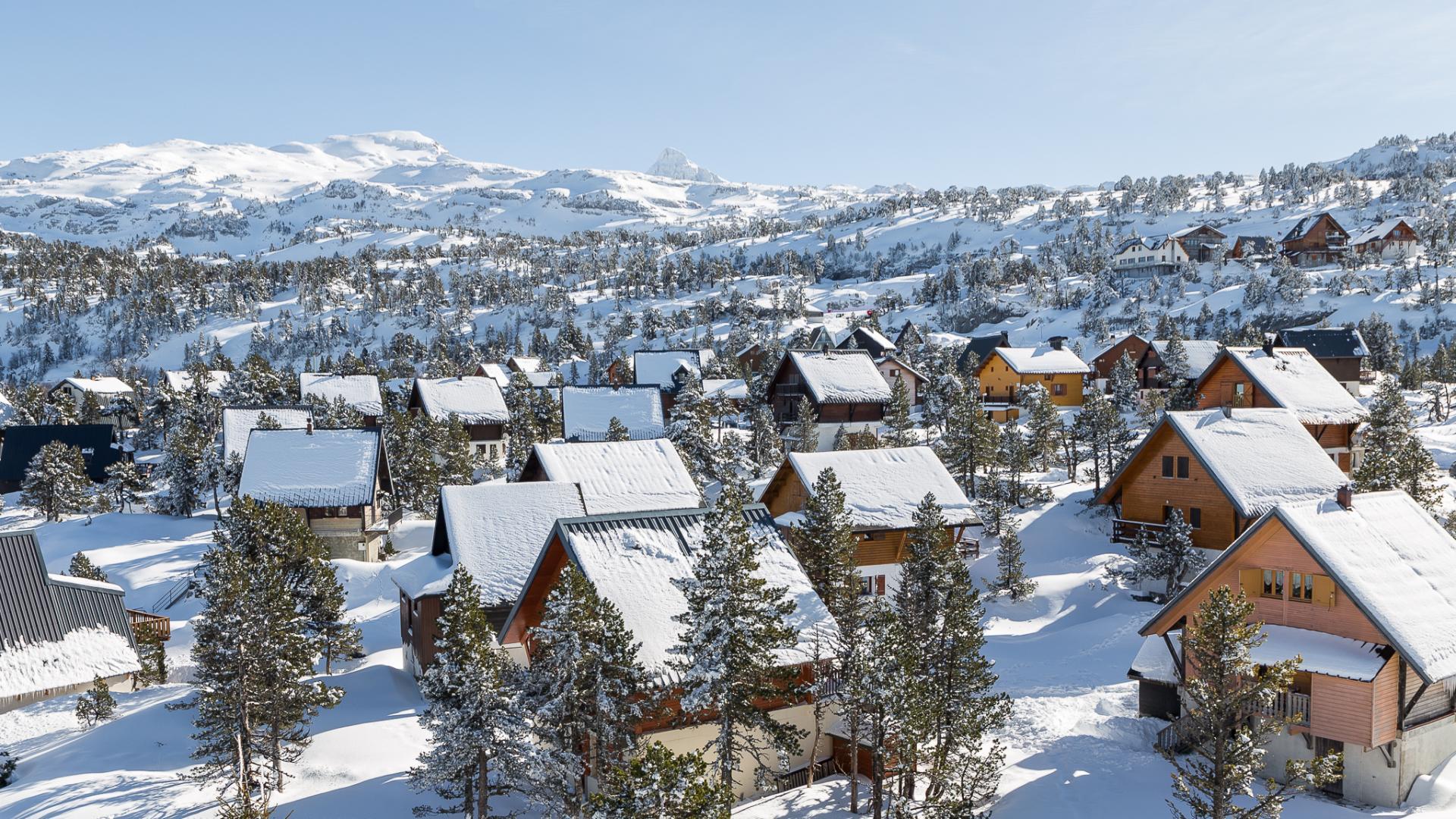 Vue sur le village de chalets de La Pierre Saint-Martin en hiver