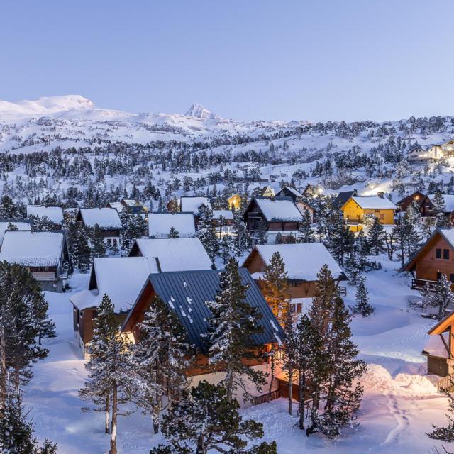 Vue du village de chalets en hiver à La Pierre Saint-Martin