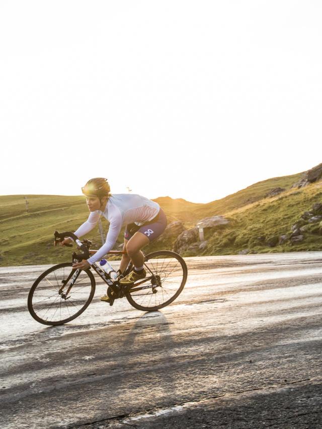 Une cycliste entame une descente