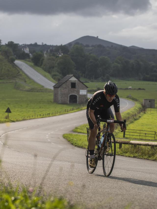 Cycliste roule dans les vallées Béarnaises