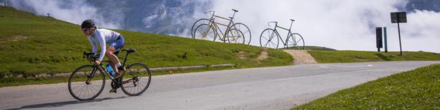 Cycliste en train de gravir le col du Tourmalet