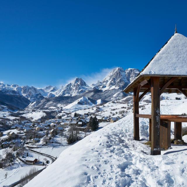 Vue sur le village de Lescun sous la neige depuis le belvédère
