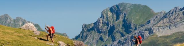 Randonneurs à coté du lac de montagne