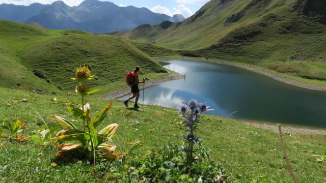 Randonneur à coté du Lac du Montagnon par le Col D'iseye