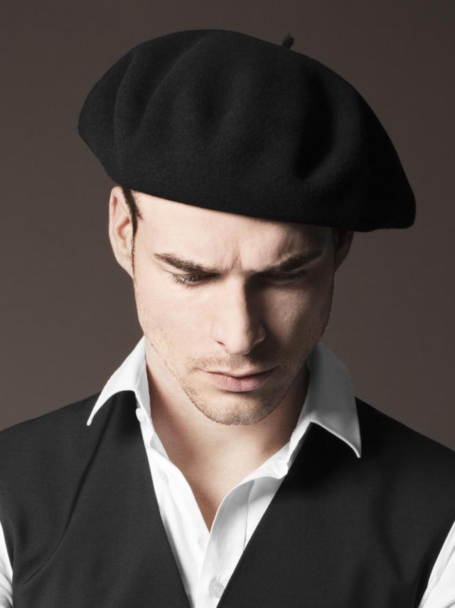 Homme pose avec béret noir