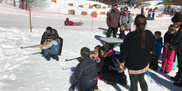 Enfants tirent à la carabine lasser pendant la journée des enfants trappeurs