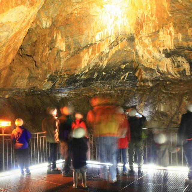 Groupe de visiteurs dans la grande salle de la Grotte de la Verna