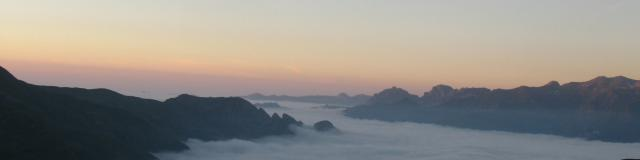 Mer de nuages et soleil couchant au-dessus du refuge d'Arlet (vallée d'Aspe - Pyrénées béarnaises)