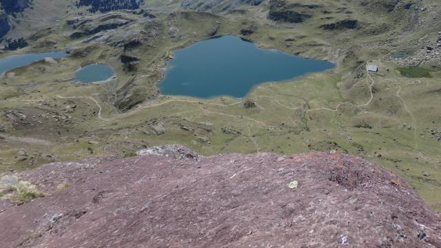Depuis le col d'Ayous (Ossau), les lacs et le refuge, promesse d'une nuit reposante (Pyrénées béarnaises)