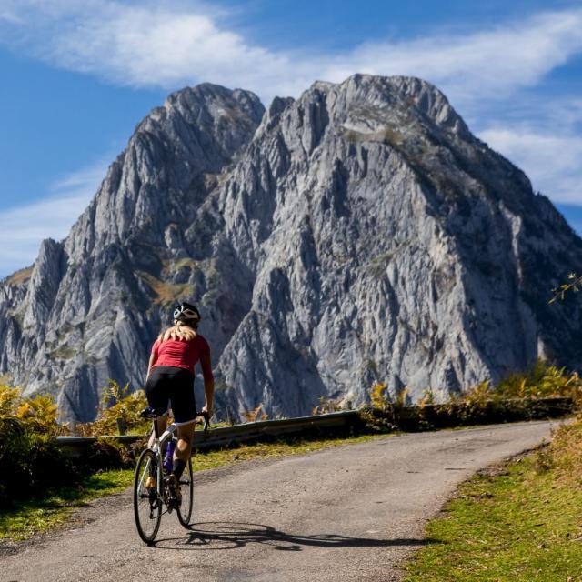 Camille Deligny grimpe vers l'Abérouat à Lescun (Pyrénées béarnaises)