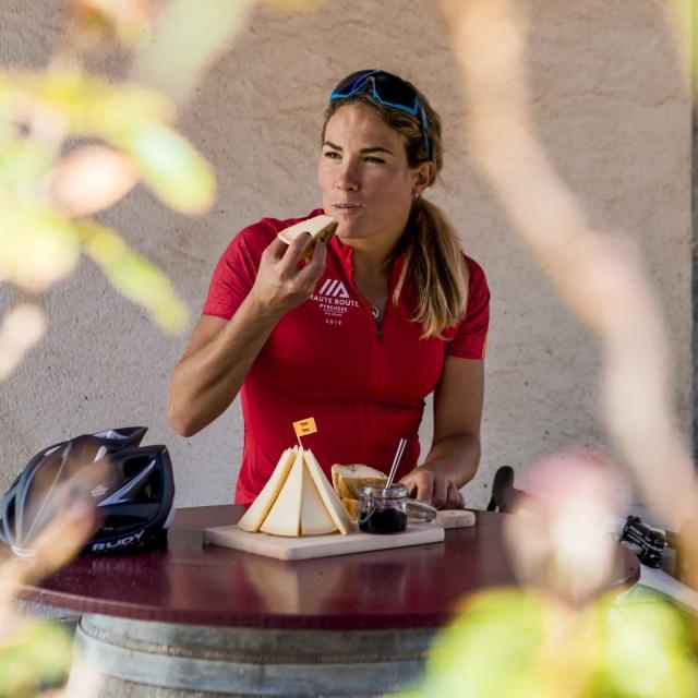 Pause gastronomique : Camille Deligny déguste un fromage fermier en Haut-Béarn (vallée d'Aspe)